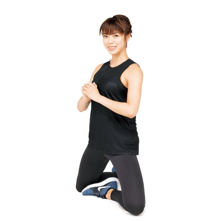 その姿勢を保ったまま腰を20回上げ下げする。続けて脚を入れ替えて同様に。縮こまりがちな股関節と臀筋をしっかり動かそう。