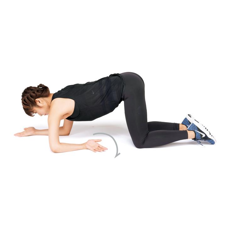 次に片方の前腕を、肘を支点に内回りで床を這わせ、180度回したら、手のひらを上に向けたまま腕を真横に伸ばし、肩を下に落とす。