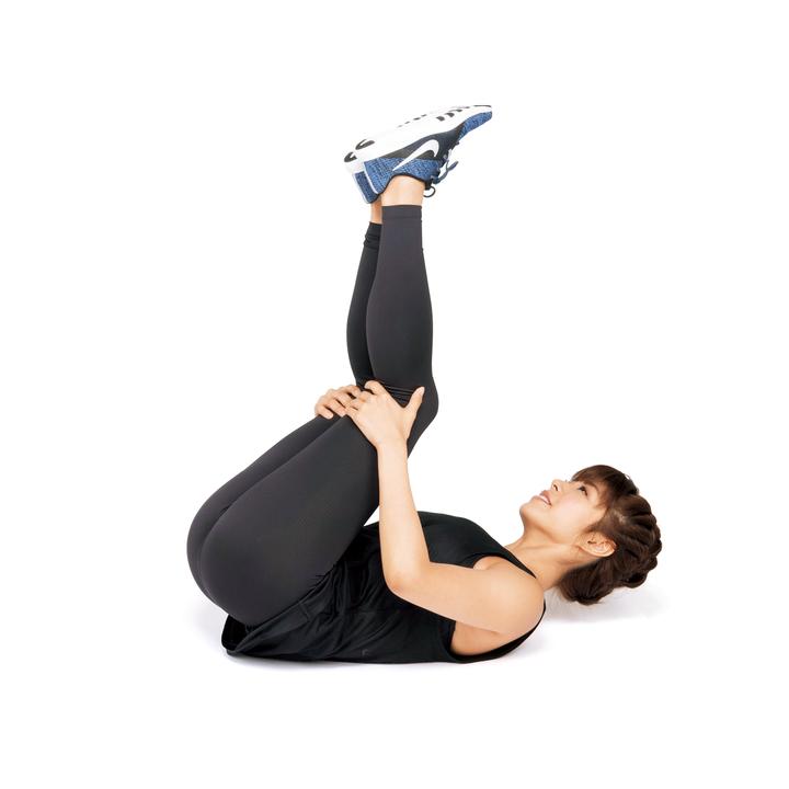 手で膝裏を抱えながらバランスをとりながら、その姿勢のまま後ろに転がる。