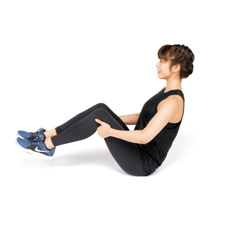 床に座って膝を軽く曲げ、足を床から浮かす。