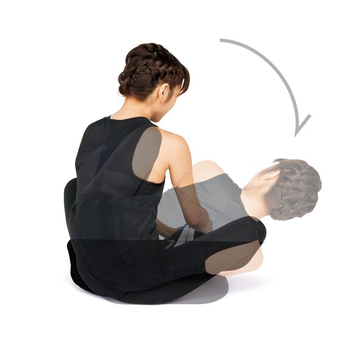 床にあぐらをかき、両足の裏を合わせて手で持つ。