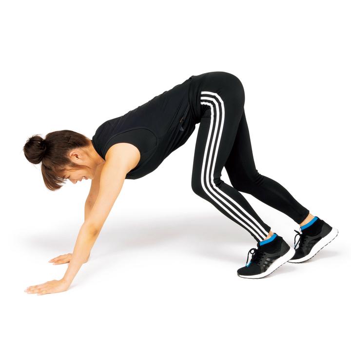 尻を高く保つことでお腹に負荷をかけられる。また全身の細かい筋肉を動かしたり、カラダの後ろ側をしっかり伸ばせるのもポイント。3セット。