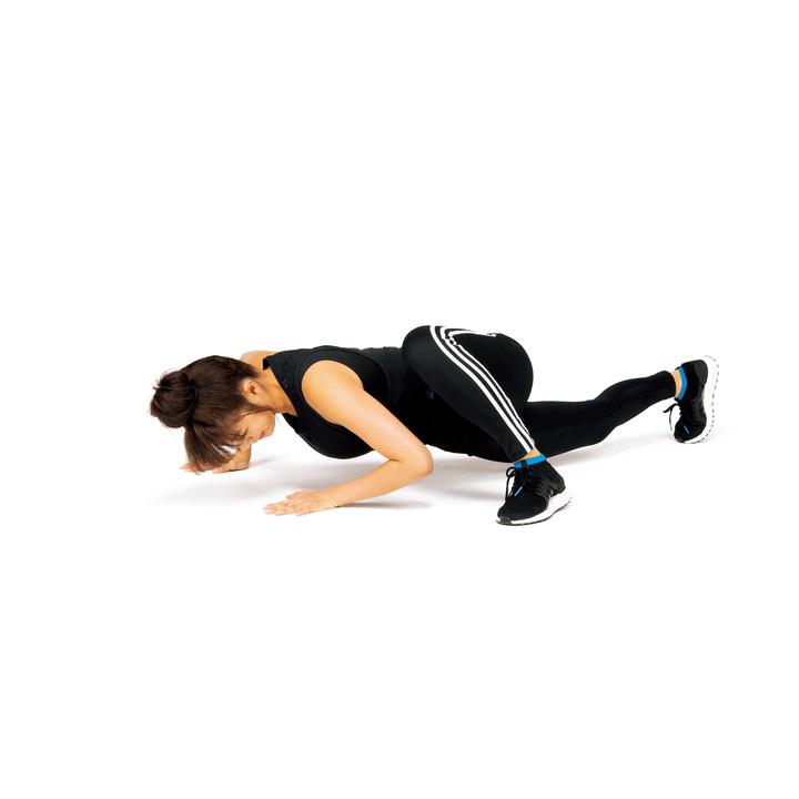 腕立て伏せの姿勢を作って右手を少し前に出し、左脚を開いてカラダの左横に持っていく。そのまま肘を曲げてカラダを捻りながらゆっくり沈ませ、持ち上げる。