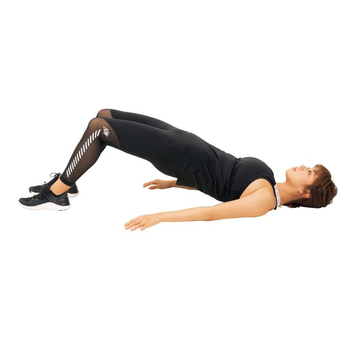 横から見て肩と骨盤、膝が一直線になったら最初の姿勢に戻していく。10回。