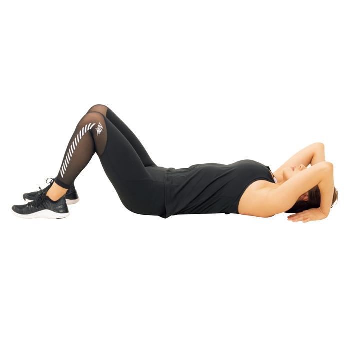 仰向け姿勢で両膝を立て、腕を上げながら手先を肩に向け、逆手のまま耳の横に置く。