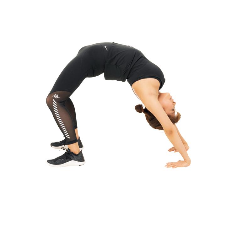 息を吸いつつ腰を持ち上げて背中を反らし、肩と足でバランスを取りながらカラダを持ち上げ切ったら30秒キープし、元に戻す。5回。