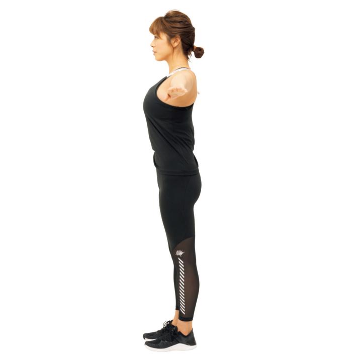 まっすぐ立って両腕を真横に伸ばす。