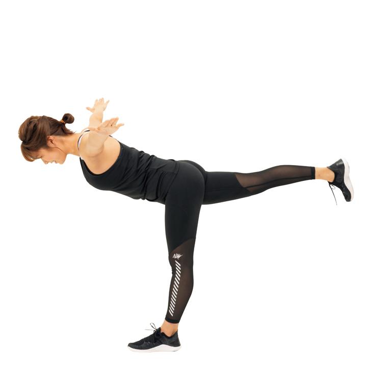 そのまま上体をゆっくり前傾させながらバランスを取り、股関節を軸に片脚を後ろに水平になるまで持ち上げ、カラダでT字を作る。20秒キープしたら元に戻す。反対側も同様に。5回。