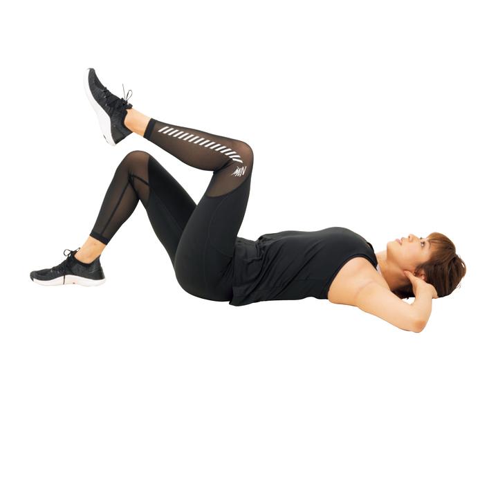 下の脚を股関節から動かす意識で斜め上に伸ばし、同時に頭を持ち上げる。