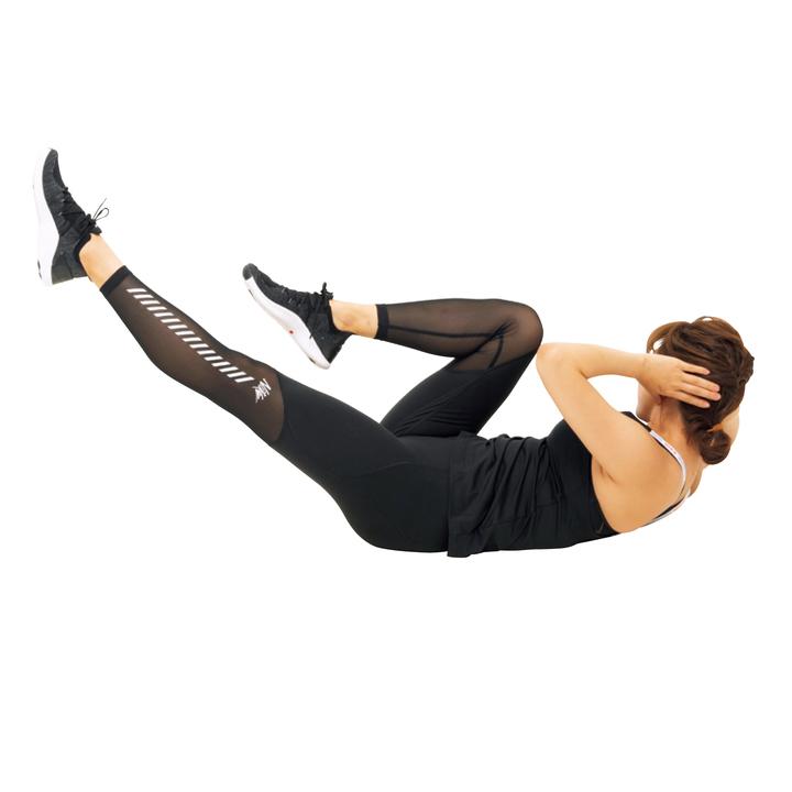 次に脚の左右の曲げ伸ばしを入れ替えながら胸郭を逆側に捻る。10回。