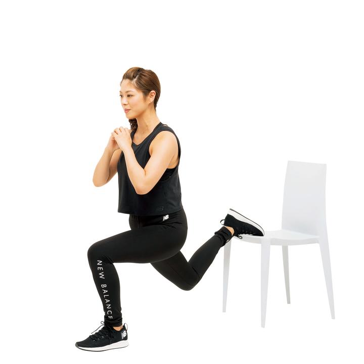 次にゆっくり腰を下に落とし、戻す。多少カラダが左右に振れてもいいので尻に確実に負荷を感じながら行うこと。左右10回ずつ。