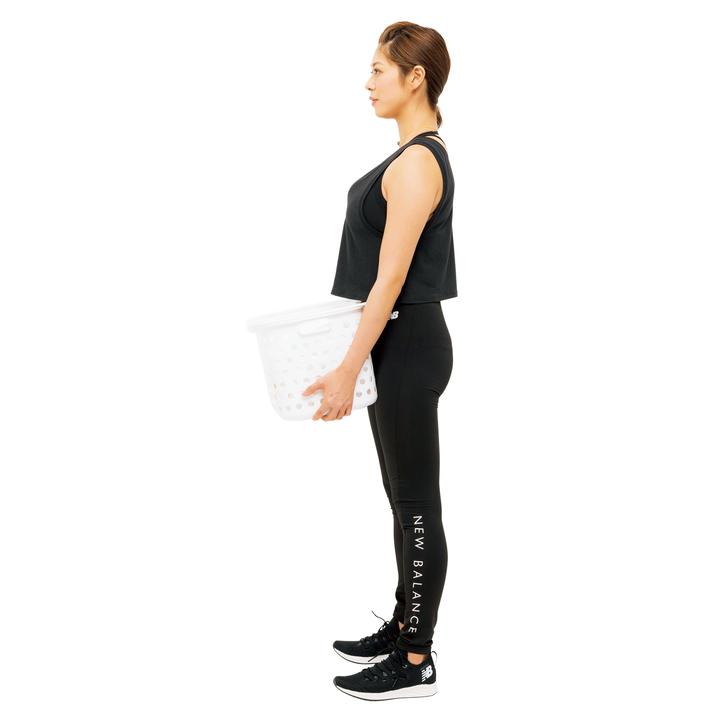 次に臀筋の力で持ち上げてまっすぐ立ち、元に戻す。膝を曲げずに脚が床と垂直になるよう意識し、尻を後ろに引かないこと。10回。