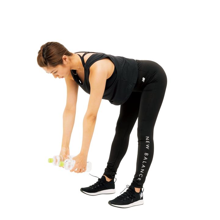 500ml(1Lでも可)のペットボトルを2本、左右の手で持つ。腰を90度に曲げ、腕を真下に下ろす。