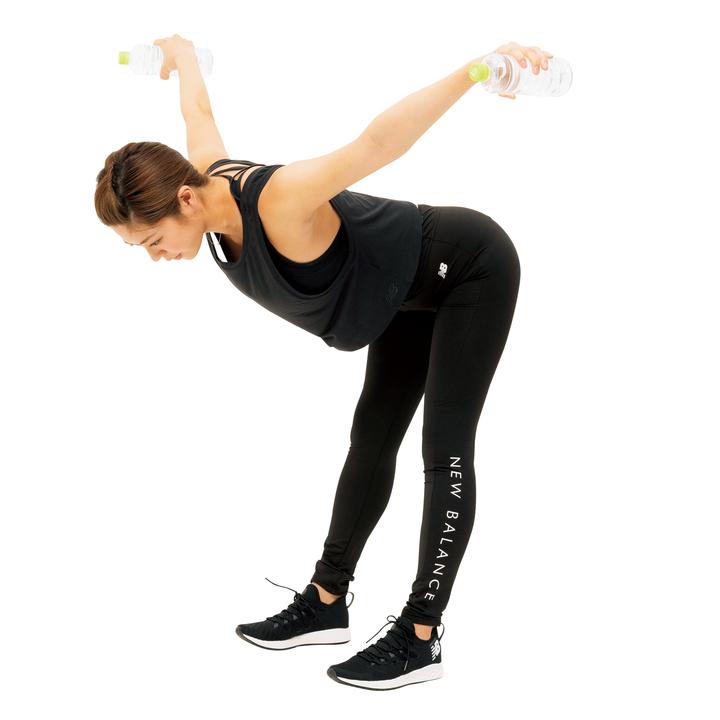 肘を伸ばして肩甲骨を寄せながらペットボトルを目いっぱい上げ、ゆっくり戻す。カラダを動かさないよう注意。10回。