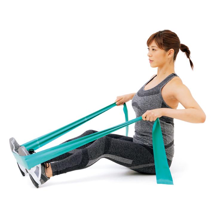 次に肩甲骨を内側に寄せるイメージで肘をゆっくり引き、戻す。20回×3セット。