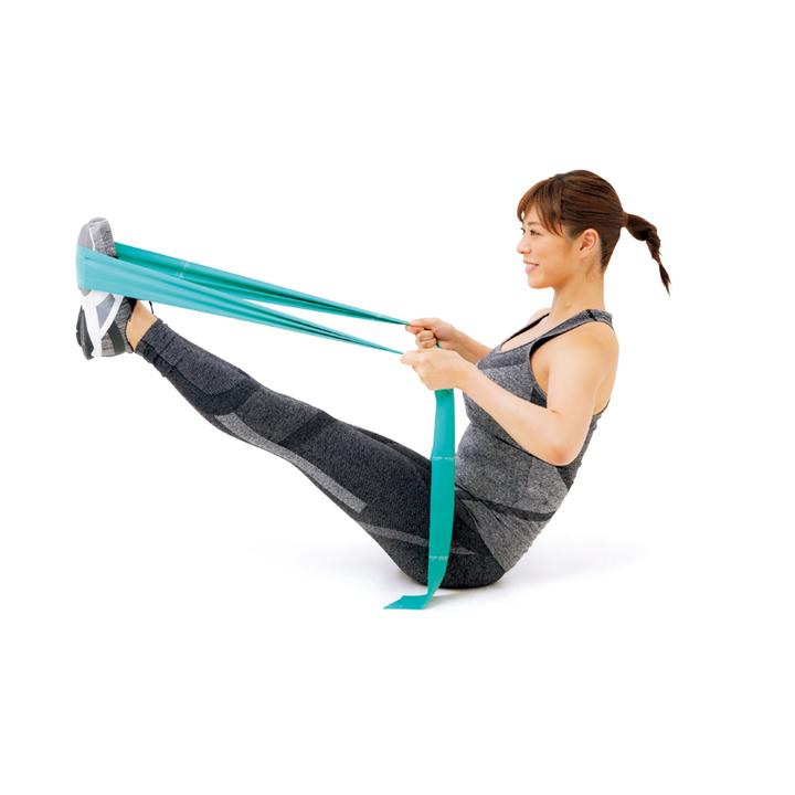 揃えた脚を伸ばして床に座り、足裏にチューブを通してピンと張り、両手で引く。