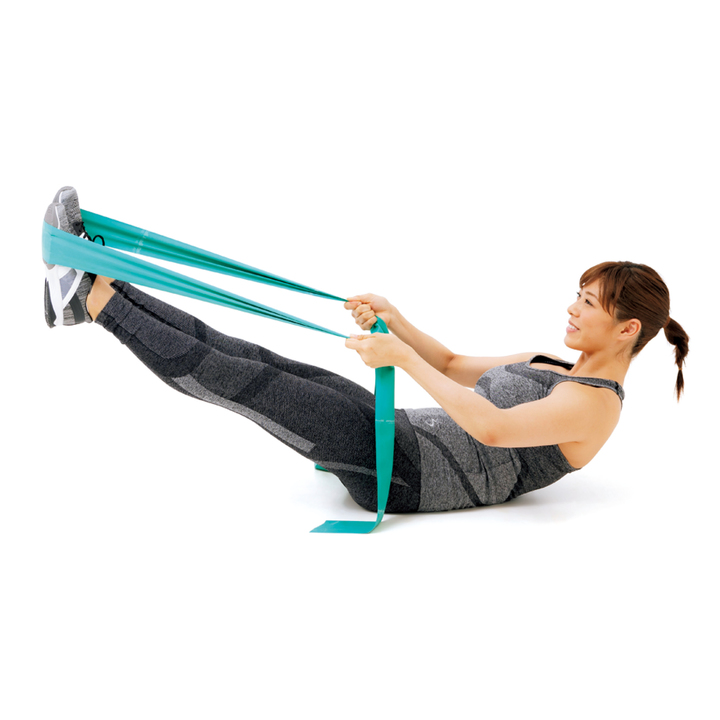 バランスをとりつつ両脚を30度程度浮かせる。