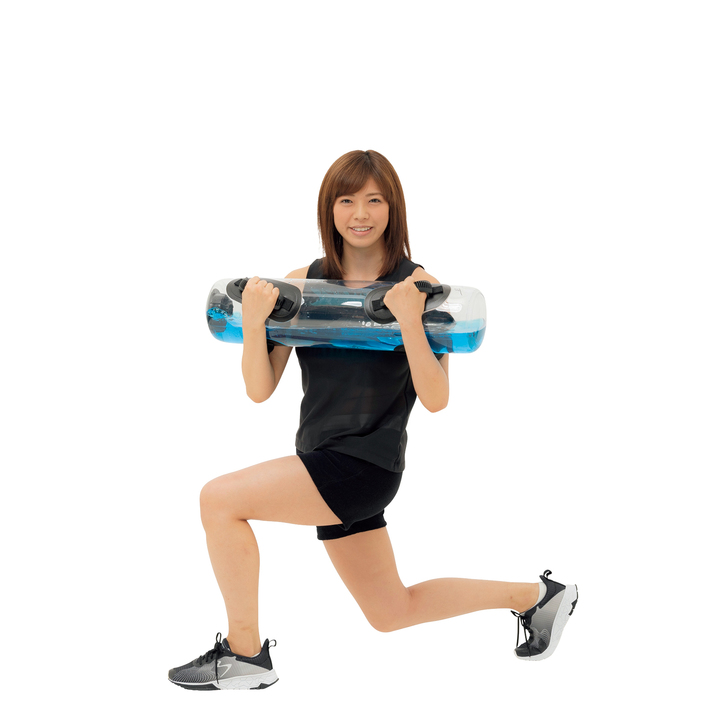 次に左足を大きく前に踏み出して腰を落とし、上体を左に回す。元に戻したら逆側も同様に。尻に負荷がかかるランジツイストだが、バッグを抱えることで体幹も鍛えられる。左右各5~10回。