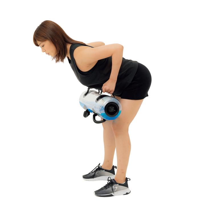 次に上体の角度を変えずにバッグを胸元まで持ち上げ、下ろす。これを10~15回。広背筋を刺激すると同時に、上腕二頭筋や体幹のトレーニングにも。