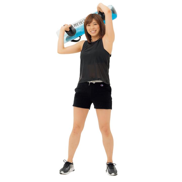姿勢を崩さずにバッグを右上に持ち上げ、そのまま頭の後ろ→左側へと大きく回して元に戻す。