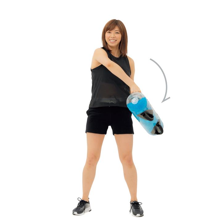 続けて逆方向も同様に。左右各5~10回。肩まわりと体幹の筋肉が動員される。