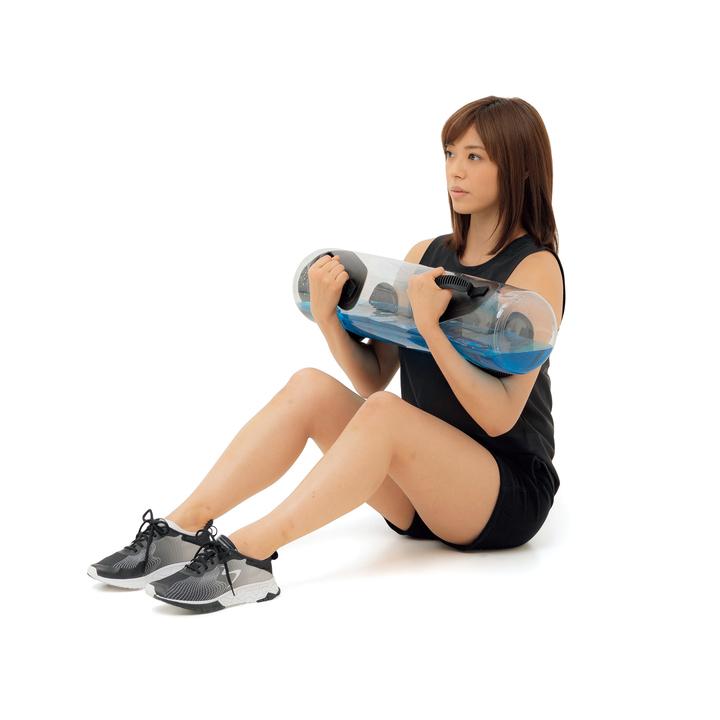 床に座り、軽く膝を曲げて胸元でバッグを抱える。