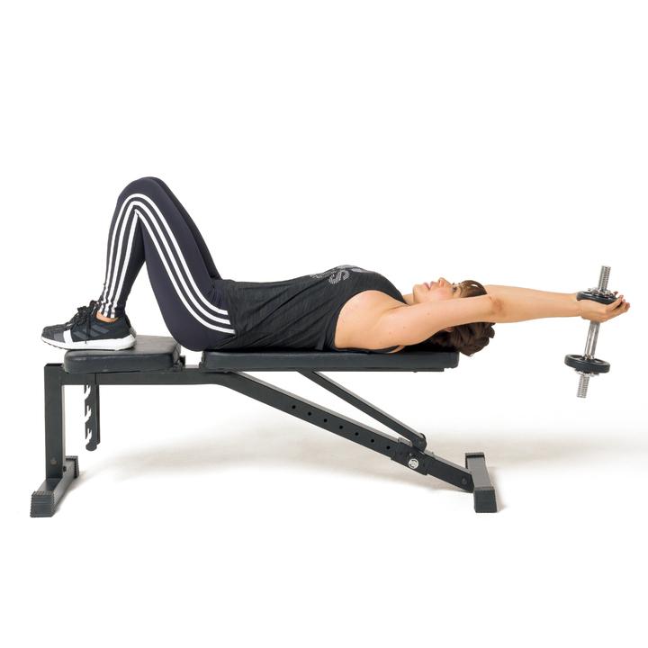 ベンチに縦に背中が当たるように仰向けになり、両足も乗せて膝を立てる。両手でダンベルの片側を下から支える形で持ち、頭越しに持っていき腕を伸ばし、床と平行に。