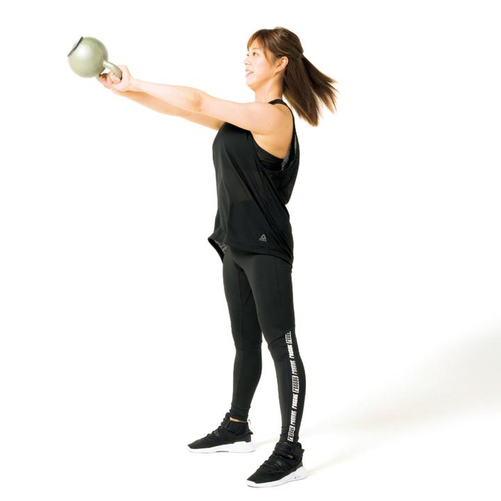 次に両足の間にケトルベルをくぐらせ、腰を一気に前に突き出すように起き上がり、ケトルベルを前に振る。再び脚の付け根から曲げて同じ動きを行う。10回×3セット。