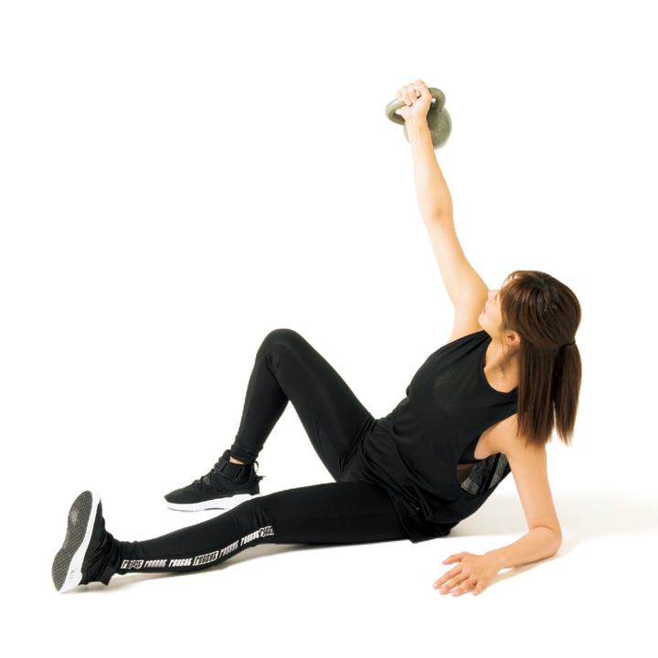 右膝を上に曲げて左腕は45度に開く。次に左肘で体重を支えながら上体を起こす。右腕は伸ばしたまま視線はケトルベルへ。