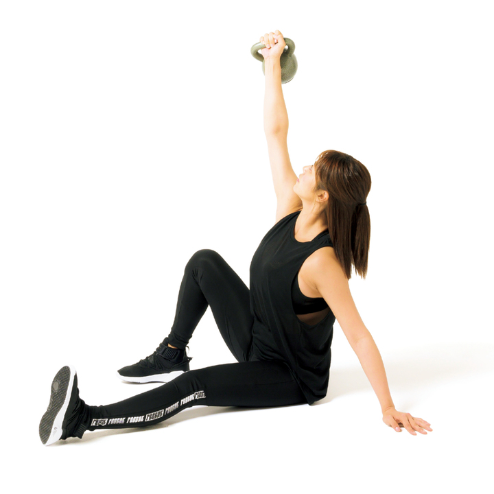 重心を左前腕→手のひらへと移しつつ尻を床から起こす。