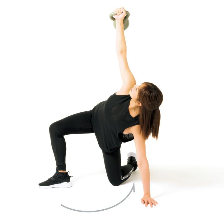 左手と右足でカラダを支えながら上体を起こし、左膝を床につく。