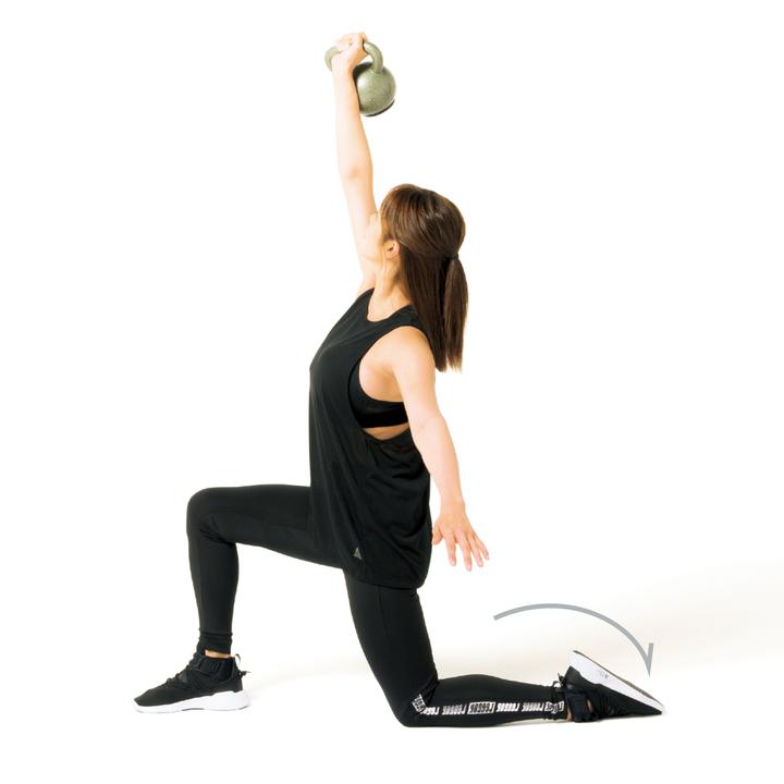 最後は左足を後ろに回してランジ姿勢を作り、両足で床を押すように全身を起こして立つ。