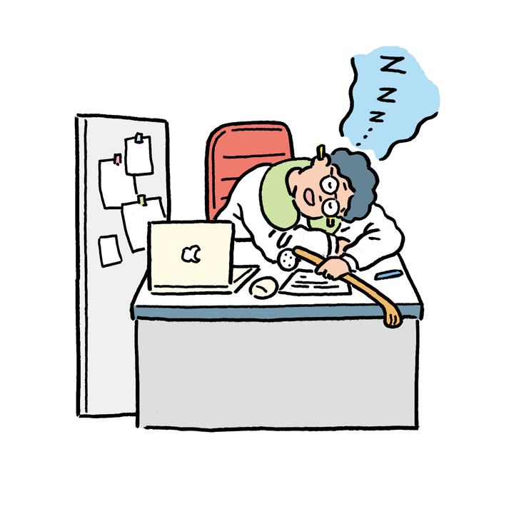 耳栓で音を遮断してデスクで昼寝。