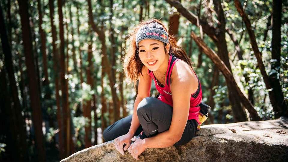 大自然のなかの外岩に上る野中生萌選手。