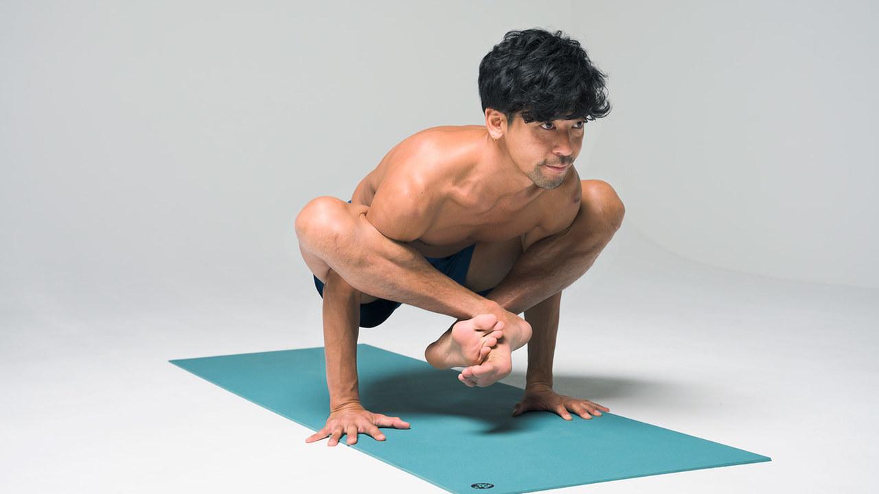 ブジャピダアーサナ。腕を圧迫するポーズ。自体重を支える力とバランス能力が求められる。