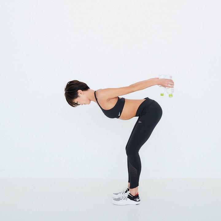下ろした勢いのまま、弧を描くように両腕を後ろに伸ばし、肩甲骨を寄せる。スムーズな動作で10往復。