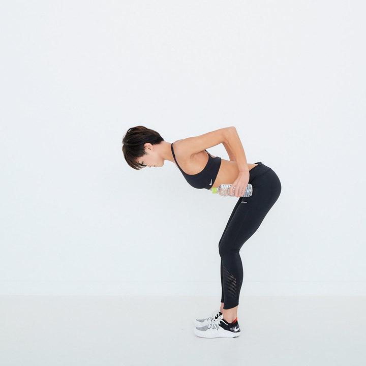 両肘を真上に引き、肩甲骨を寄せる。胸は張った状態をキープすること。一連の流れを10回。