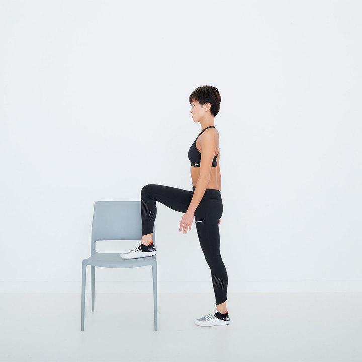 椅子に向かって立ち、右脚を座面に乗せる。膝の角度は90度。