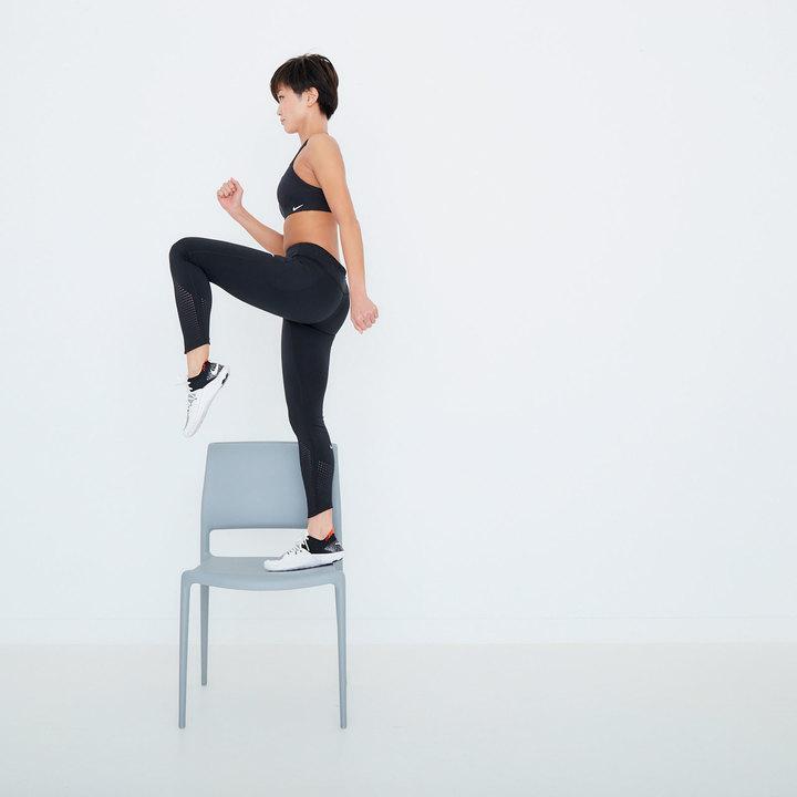 右脚に重心をかけて椅子に乗り上がり、一気に真上に伸びる。同時に左腿を骨盤と同じ高さまで引き上げ、膝を90度に曲げる。これを20回。逆も同様に行う。