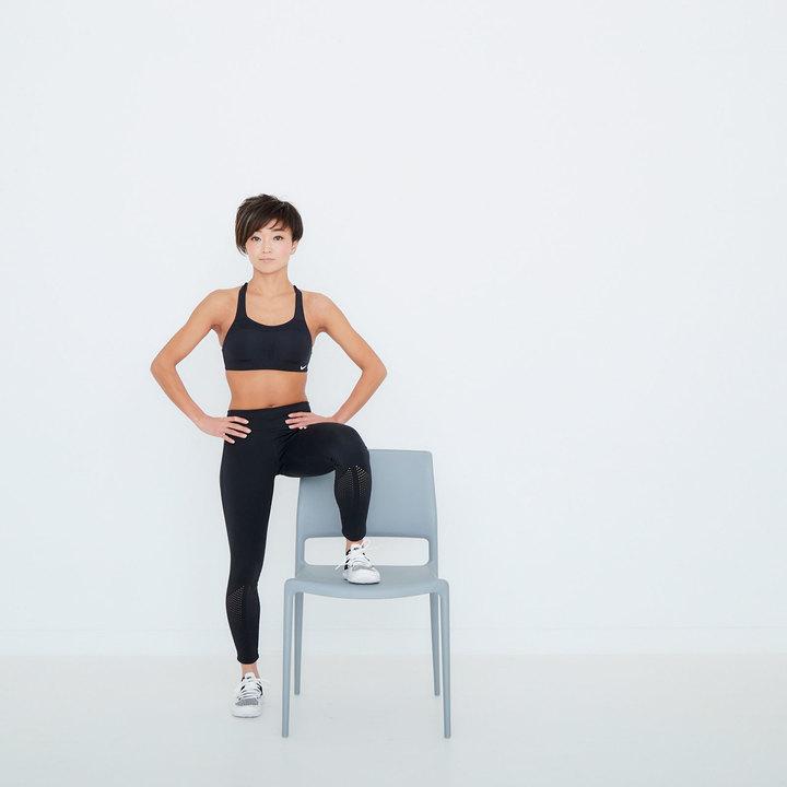 カラダの左側に椅子がくるように立ち、左脚を座面に乗せる。骨盤を前に向けて、両手は腰に。