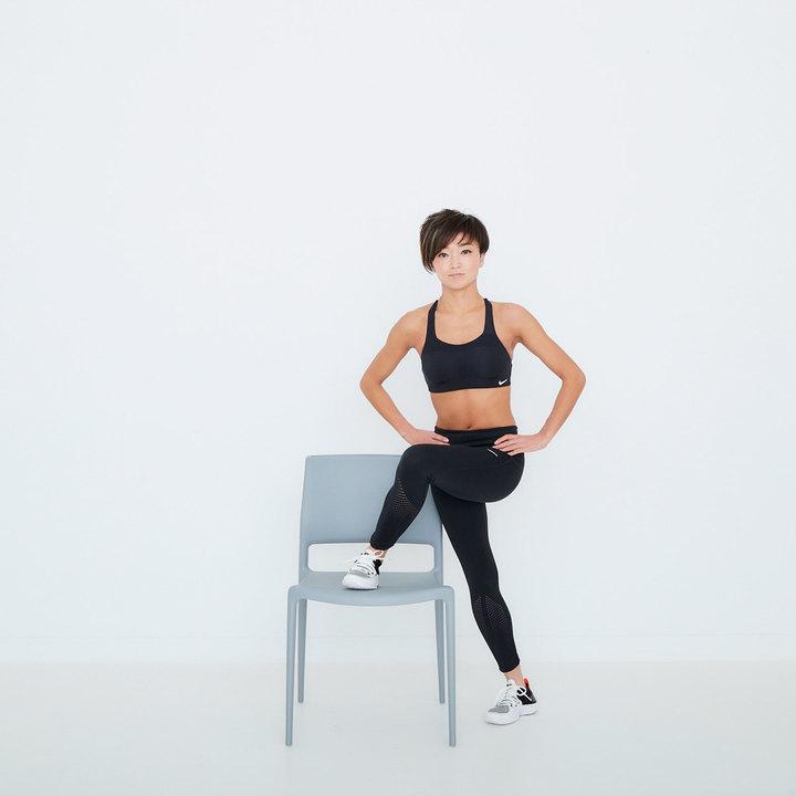 右脚を後ろにクロスして、椅子の反対側に降りる。このときも骨盤が傾かないよう正面を向けておこう。10回。逆脚も同様に行う。