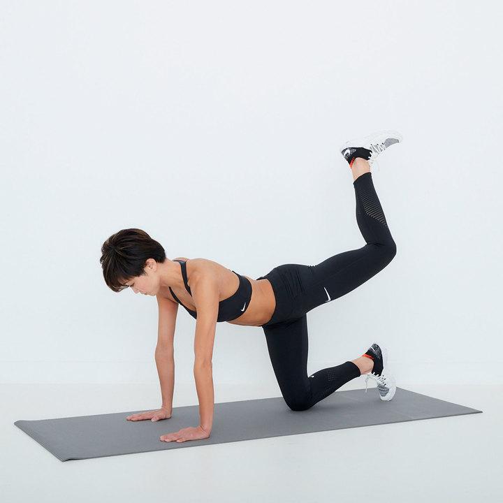 膝の角度をキープしたまま、脚を真後ろに上げて股関節を伸ばす。