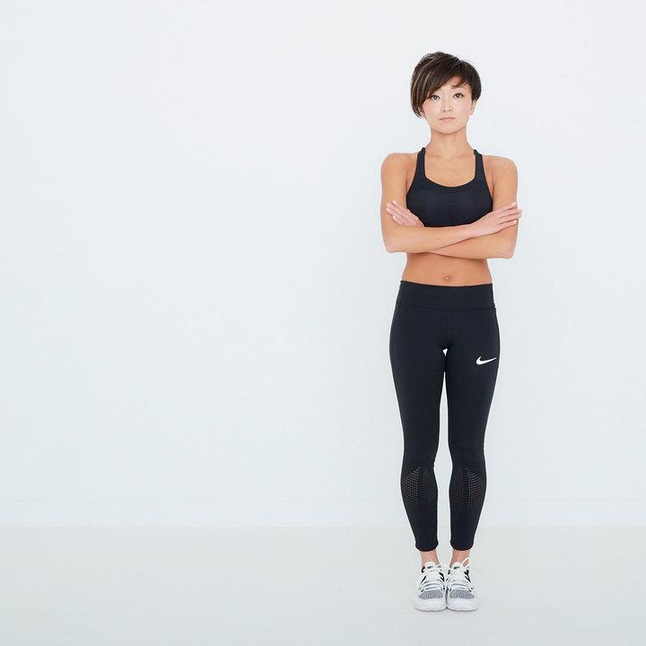 脚を揃えて直立。胸の間で腕を組み、右手で左腕を、左手で右腕を掴む。