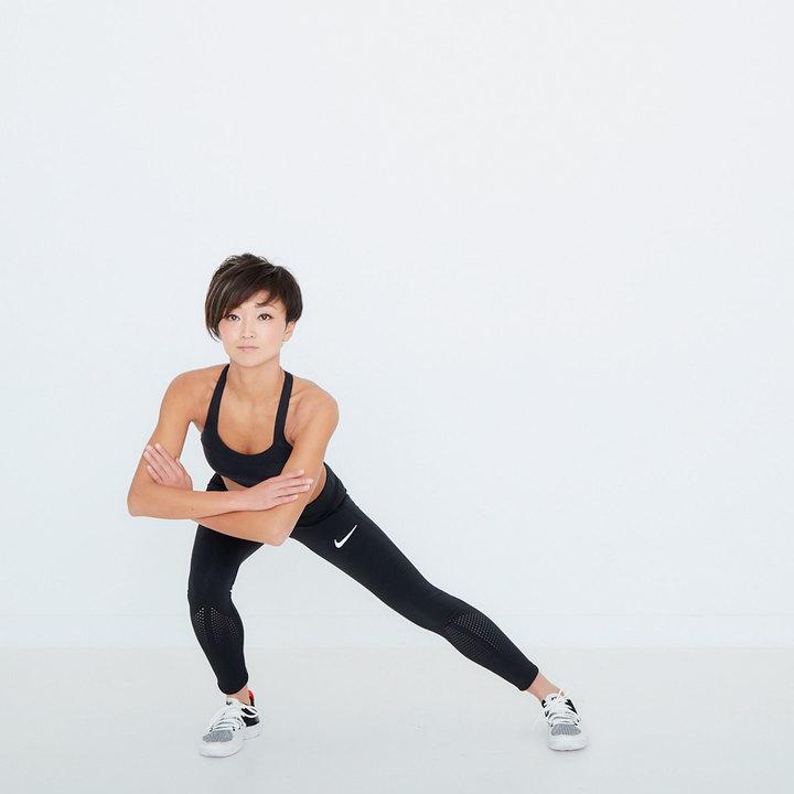 右足のつま先と膝を曲げる向きを合わせ、真横に一歩大きく踏み出す。同時にお尻を後ろに引いて右膝を曲げ、左脚は内ももがストレッチされるように膝を伸ばす。一度元の位置に戻り、これを20回。脚を入れ替え逆も同様に行う。