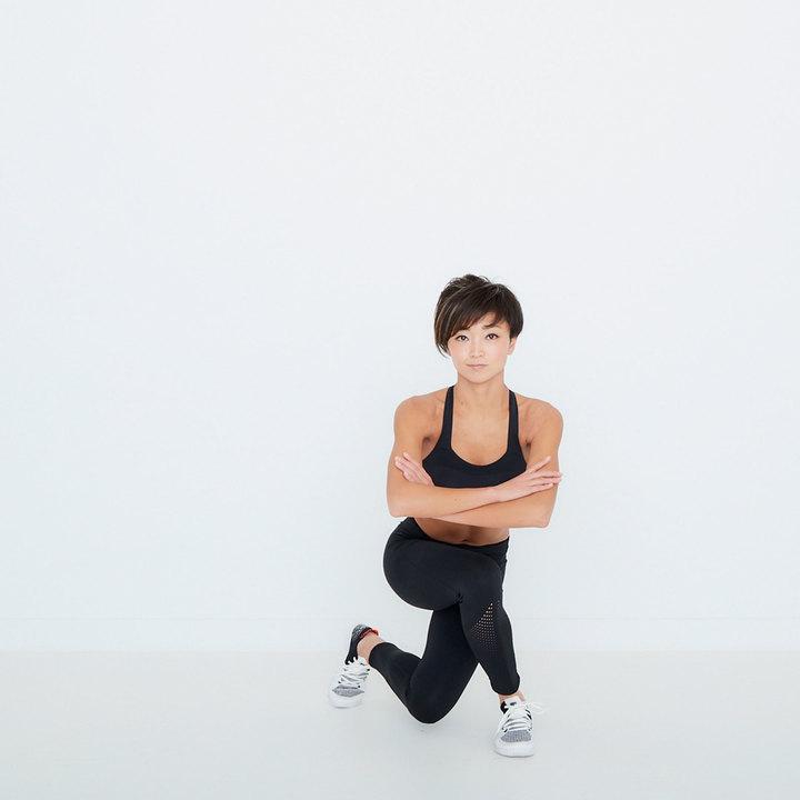 カラダを正面にむけたまま左脚を斜め後ろに引き、両膝を曲げて腰を落とす。右お尻の外側が伸びているのを感じよう。(1)〜(4)を1セットとして、これを10回。逆も同様に行う。