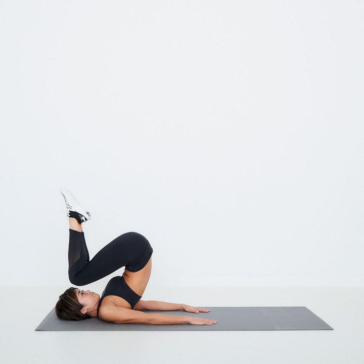 両膝と股関節を同時に曲げ、重心を背中に移動しながら、お尻、腰の順に床から離す。両膝を顔に近づけ、ゆっくり元へ。これを20回繰り返す。