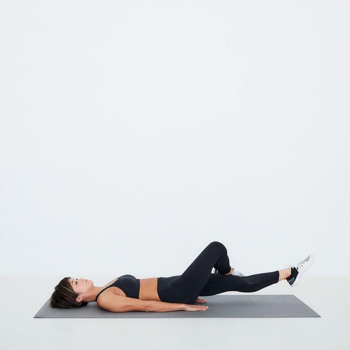 床に仰向けになる。右膝を立てて外に倒し、右の足首を左腿の上に乗せる。両手のひらは床についてカラダを支える。左脚を床から少し浮かせてスタート。
