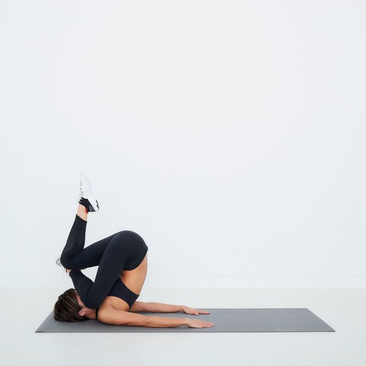 左脚の膝と股関節を同時に曲げ、めくり上げるようにお尻と腰を床から浮かす。左膝を顔に近づけ、ゆっくり元の位置へ。左右10回ずつ。