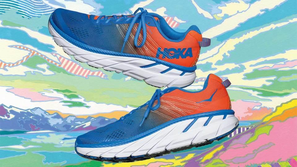 〈HOKA〉の代表モデルに新色登場! 柔らかく軽い究極の履き心地《クリフトン 6》でダッシュしよう