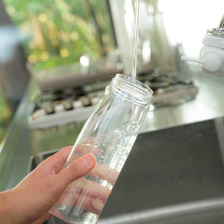 パナソニック アルカリイオン整水器で水を注ぐ様子